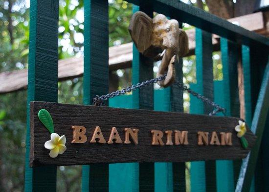 Baan Rim Nam: Guesthouse entrance