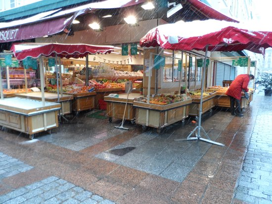 Rue Cler: Fruit market in the snow