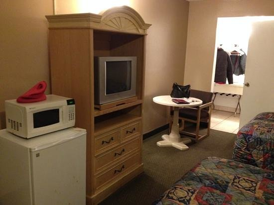 Rodeway Inn : tv frig and microwave.
