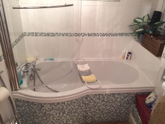 Albany House Bed and Breakfast Peel: The Yellow Room's Bathroom