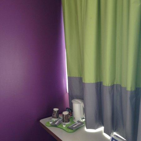 Kyriad Carcassonne Ouest - La Cité : jolies couleurs de ma chambre