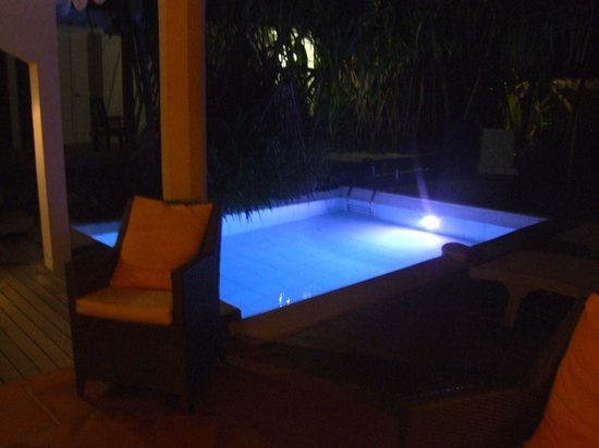 Salines Garden Cottages : pool by night