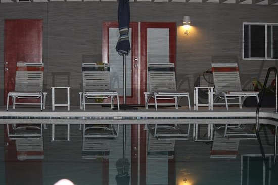 Desert Hot Springs Inn : View of the pool at night