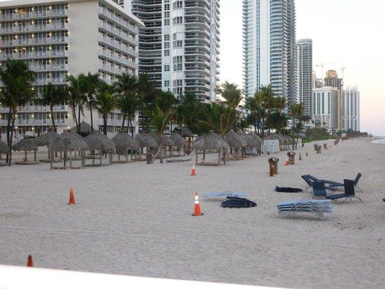 Newport Beachside Hotel and Resort: praia de acesso do hotel
