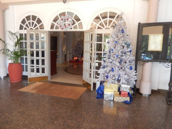 Fairmont The Norfolk : Hotel Entrance, Ready for Christmas