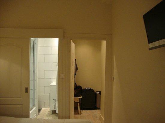 Hotel Saint-Pierre des Terreaux: quarto/banheiro/hall
