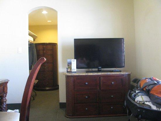 Beachcomber Resort and Villas : Hall to bathroom...lots of storage space.