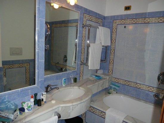 Grand Hotel De La Ville Sorrento: Premier room bath