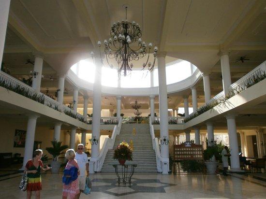 Grand Palladium Lady Hamilton Resort & Spa : grand staircase