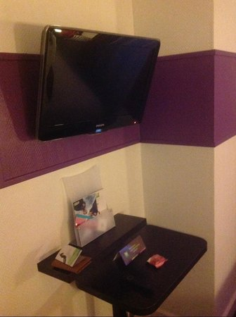 Ibis Styles Paris Pigalle Montmartre: TV over the table