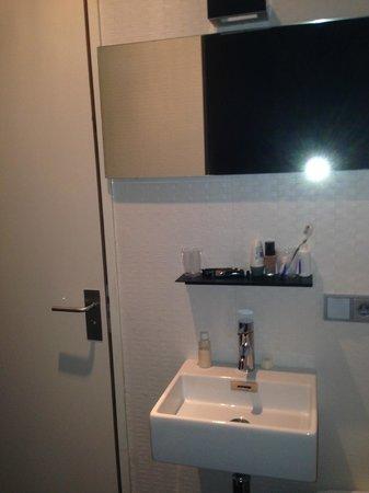 Hotel V Frederiksplein: il lavandino fuori dal bagno