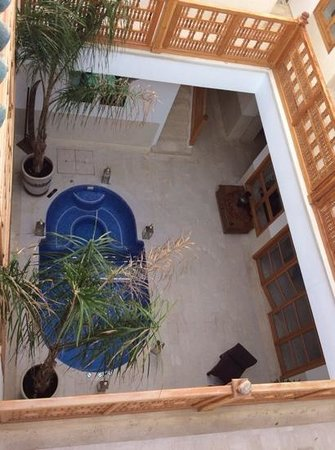 Riad Tahili & Spa : view into the courtyard from the roof