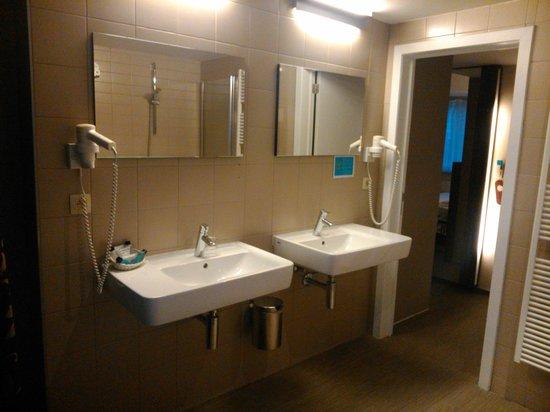 Hotel Burlington : Baño habitación 92