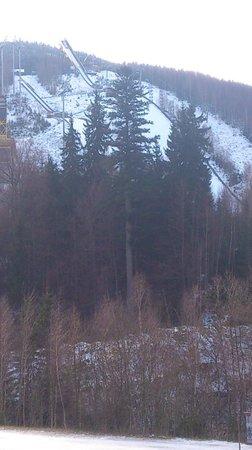 Hotel Harrachov Inn : Blick aus dem Fenster zur Schanze