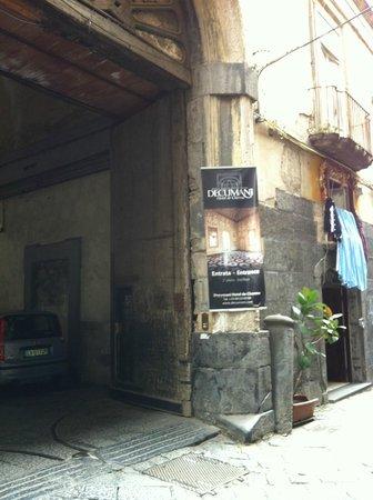 Decumani Hotel de Charme: Entrance from street