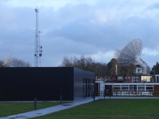 Jodrell Bank Discovery Centre : Space Pavilion and Mark II telescope