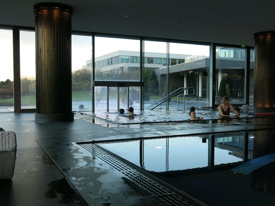 The Europe Hotel & Resort : Indoor tub leads out to outdoor tub