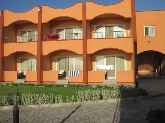The Three Corners Happy Life Beach Resort : Moderne Gebäude und Zimmer