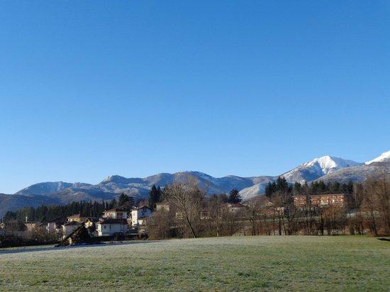 Castello degli Albezi e Borgata Sala di Giaveno: cieli azzurri e montagne innevate