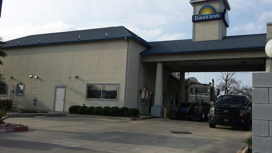 Days Inn & Suites Houston Channelview TX: Clean, and very accommodating.