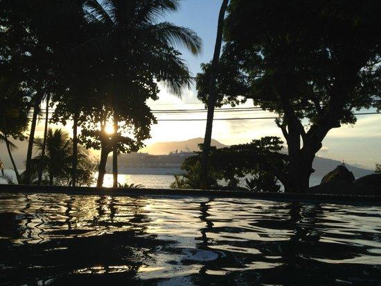 Porto Pacuiba Hotel: O por do sol é de frente para o hotel na praia do Viana.