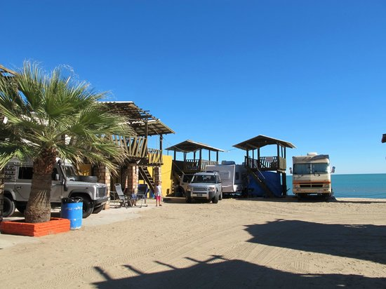 KiKis RV Camping & Hotel: Our Land Rover + camper in the beach front spot