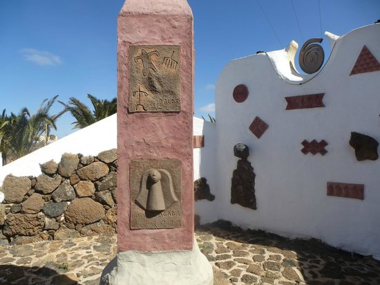 Centro de Arte Canario: Esculturas en el jardin de cactus