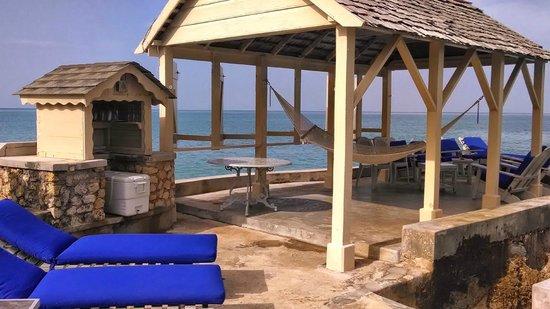 Bluefields Bay Villas: Outside pavilion area.