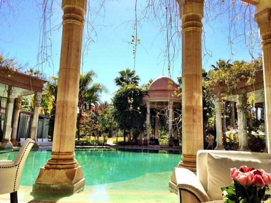 Le Palais Rhoul & Spa: The colonnades that frame the swimming pool