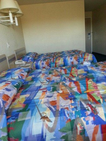Motel 6 Big Springs: Colorful bed spreads