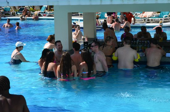 ClubHotel Riu Negril: wedding party at the swim up bar