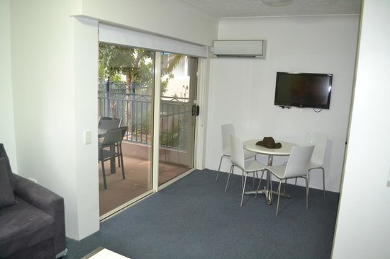 Montego Sands Holiday Apartments Gold Coast : Patio faces pool