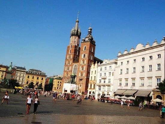 Marktplatz (Rynek Główny): Vista de las torres de ladrillo de la Iglesia de Santa María, en una esquina de la Plaza