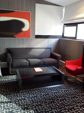 Moderne Hotel: Rm 801, large room with sofa bed