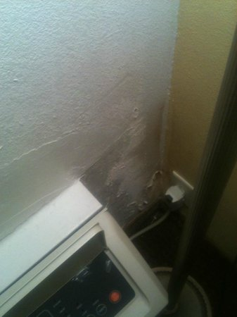 Charleston Grand Hotel: mold in corner of room (not great picture/depiction of the reality)