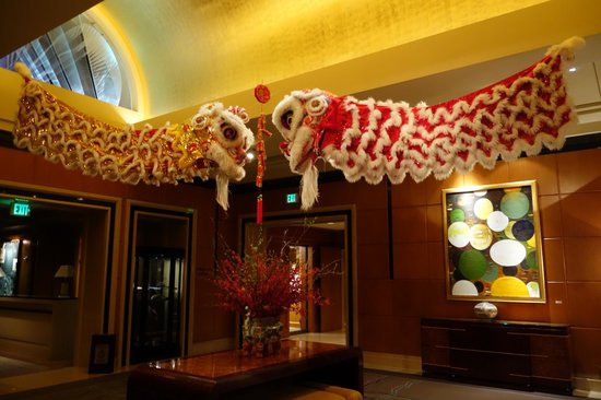 Four Seasons Hotel San Francisco: Front lobby of hotel during lunar new year