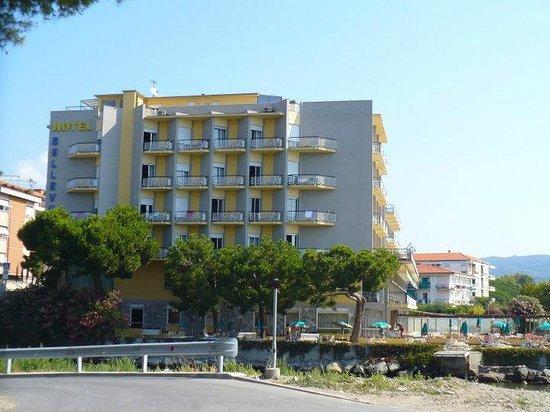 Bellevue et Mediterranee : L'hotel visto dalla passeggiata lungomare