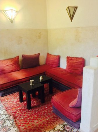 Riad Dar Tayib: Sitting area with lots of books!