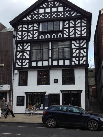 Chester Heritage Tours: Site on tour - leaning medieval building