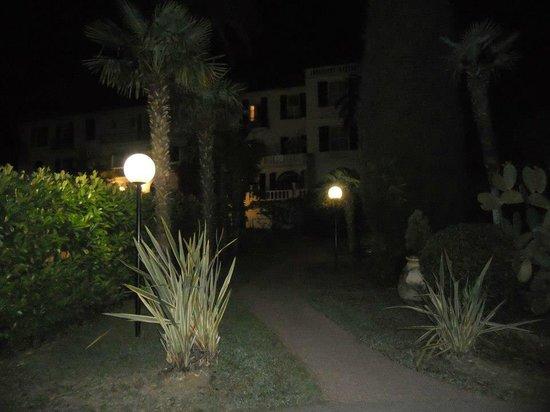 Hotel des Mimosas : L'hotel visto dal giardino