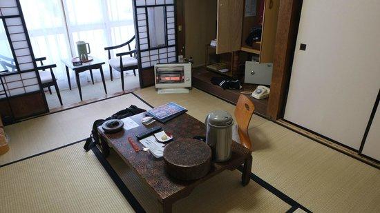Sukayu Onsen Ryokan : 準和風部屋、外は豪雪。