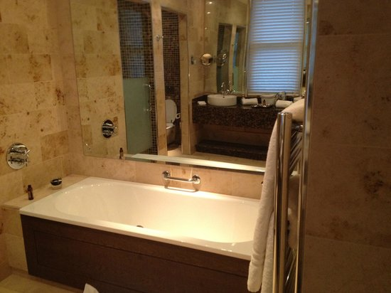 Lough Eske Castle, a Solis Hotel & Spa: Bathroom