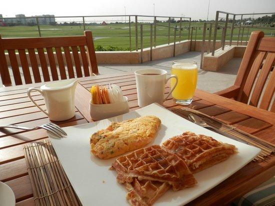 The Westin Abu Dhabi Golf Resort & Spa: Breakfast next to the golf course