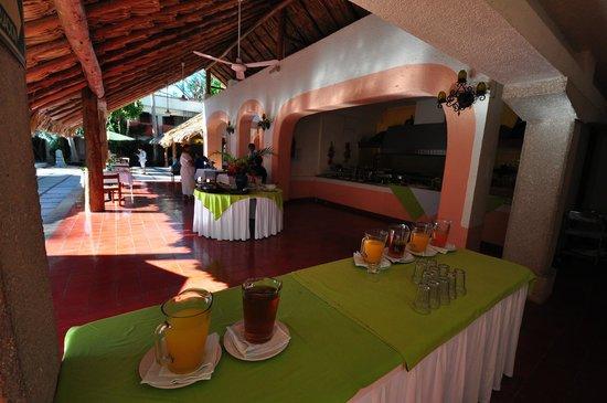 Villas Arqueologicas Chichen Itza: La zona self service per la colazione, e il bar