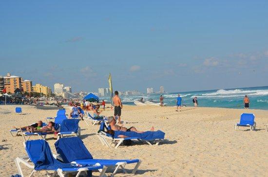 Marriott Cancun Resort: CasaMagana Beach - Looking North