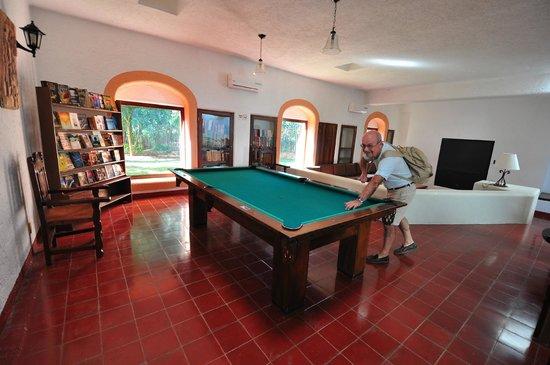 Villas Arqueologicas Chichen Itza: Sala di lettura e biliardo