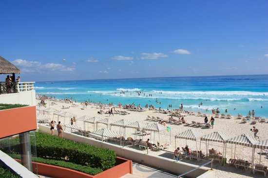 Crown Paradise Club Cancun : Beach area of the resort.