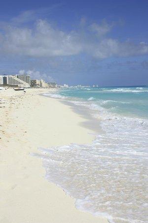 Crown Paradise Club Cancun : Beautiful white sand beach and warm ocean.