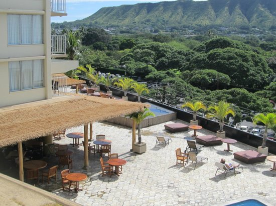 Queen Kapiolani Hotel: View of pool and bar area from 5th floor lanai