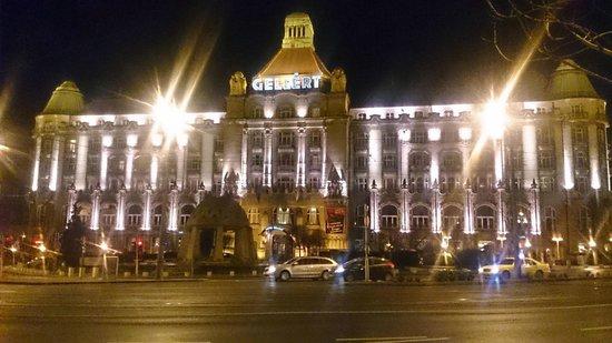 Danubius Hotel Gellert: Front of the hotel at night